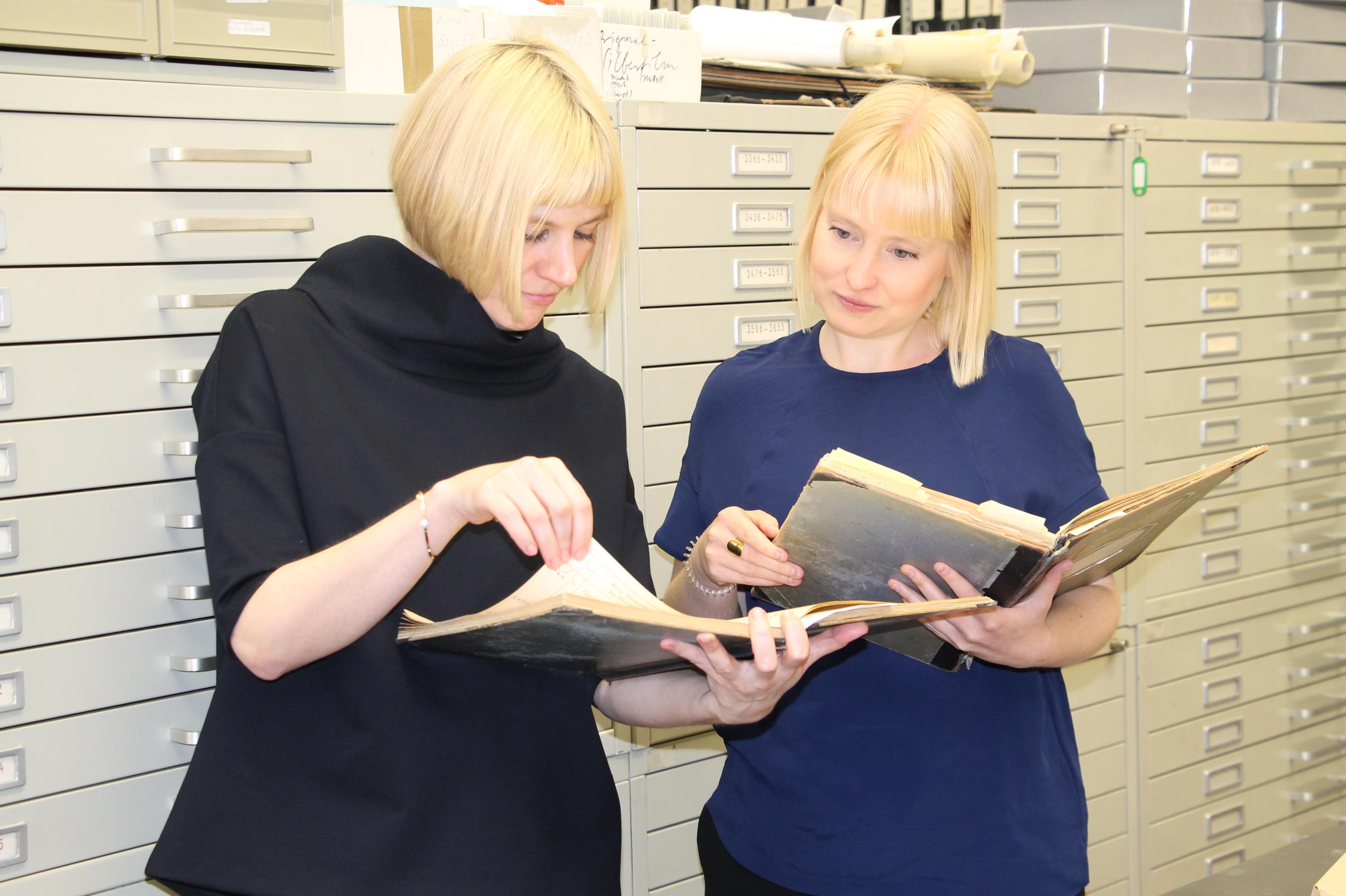 Die Provenienzforscherinnen der Landesstelle Dr. Carolin Lange und Christine Bach M.A. (v.l.n.r.)